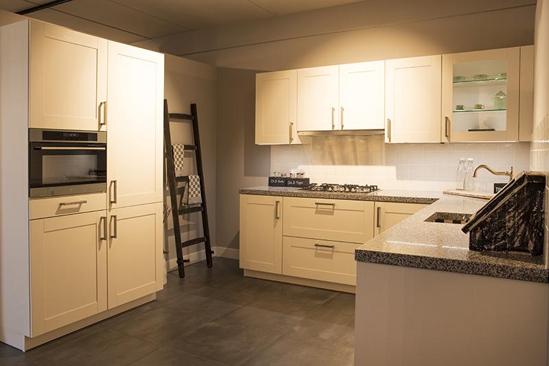 Keuken Showroom Uitverkoop : Keukenstudio stoof uitverkoop showroomkeukens